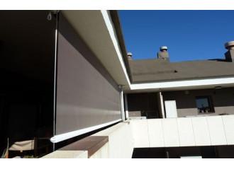 Store extérieur vertical avec tiges toile PVC microperforée Sunworker