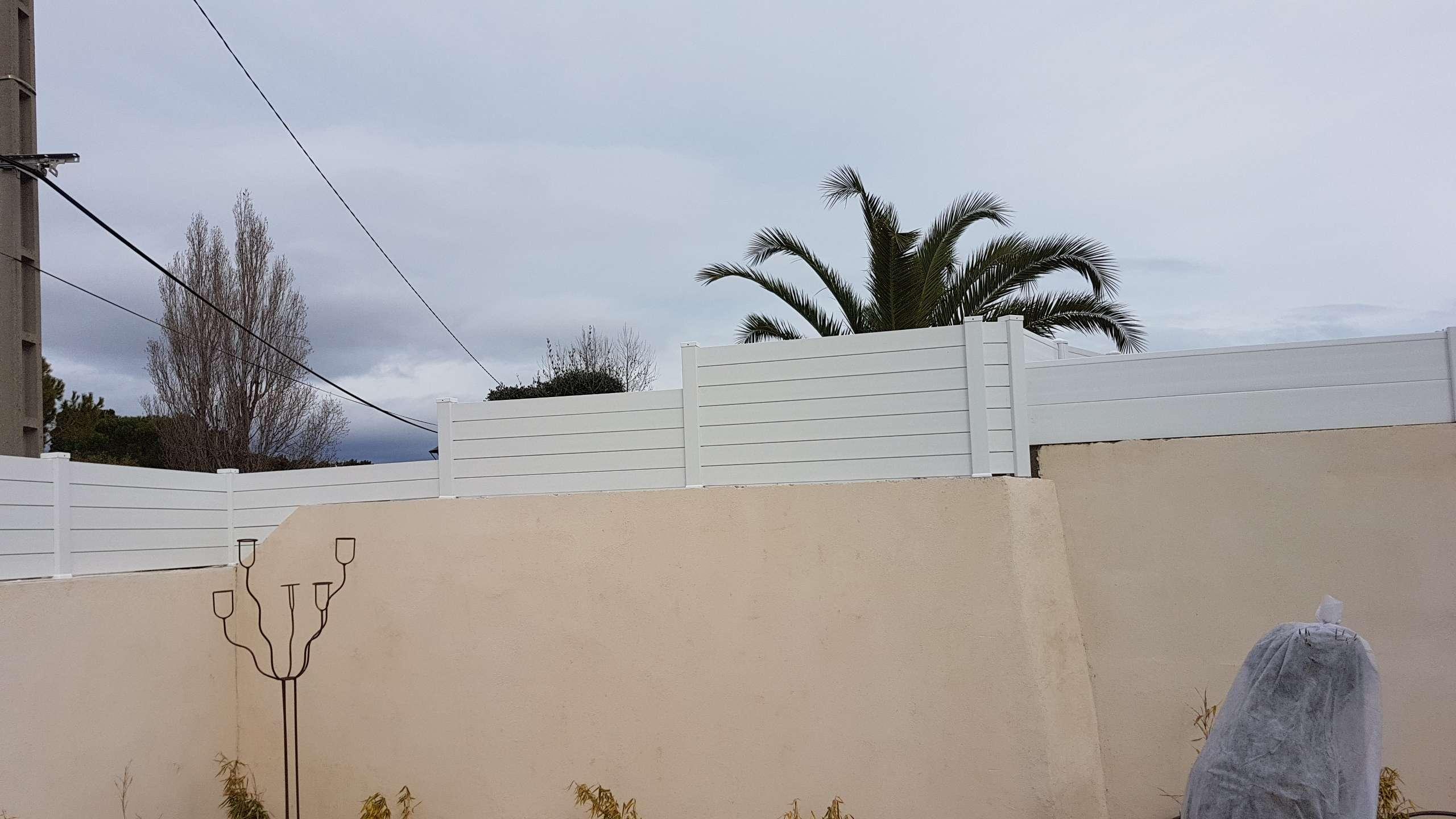 photo après la pose d'une clôture PVC avec redan